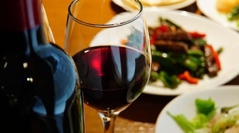 Além da comida: combine vinhos com pratos pedidos por delivery e intensifique a experiência em casa